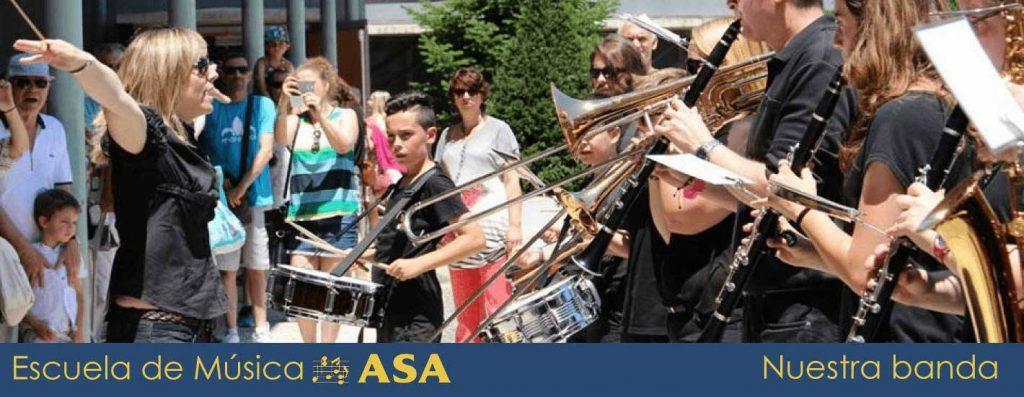 Foto de la Banda de Música ASA con la Directora en primer plano