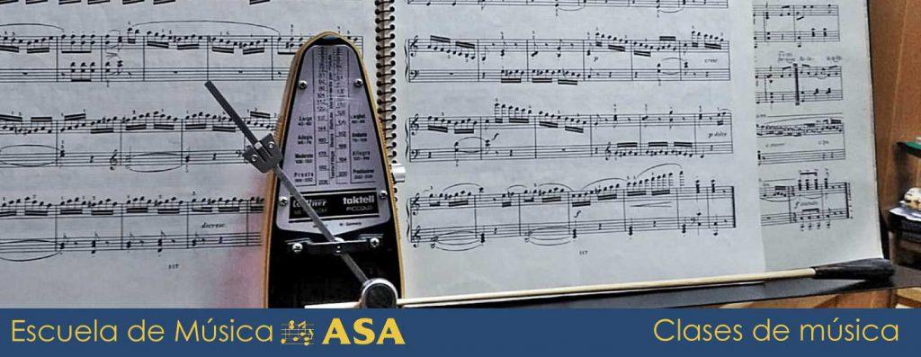 Diapasón y partitura sobre piano, heramientas de las clases de música