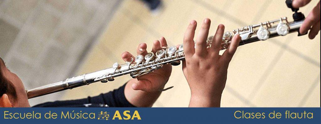 Niña tocando la flauta travesera