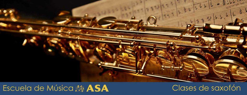 Imagen de un primer plano de un saxofón