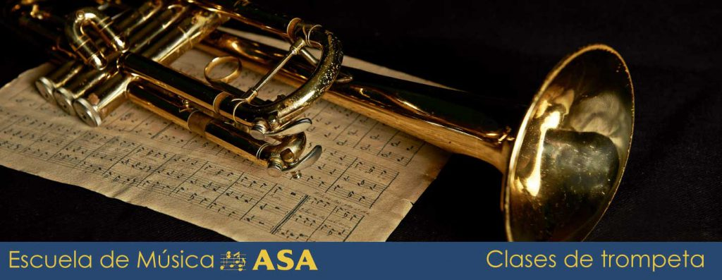 Foto de una trompeta sobre una partitura abierta
