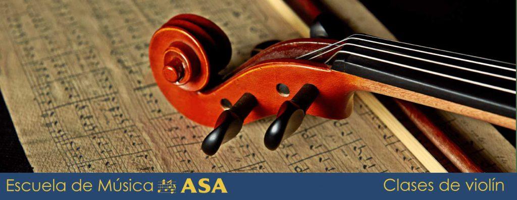 Primer plano de cabeza y mástil de un violín sobre una partitura