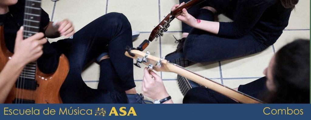 Miembros de un combo afinando sus instrumentos